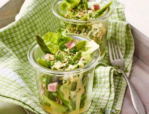 Salatcocktail mit grünem Spargel, Ei und Kochschinken