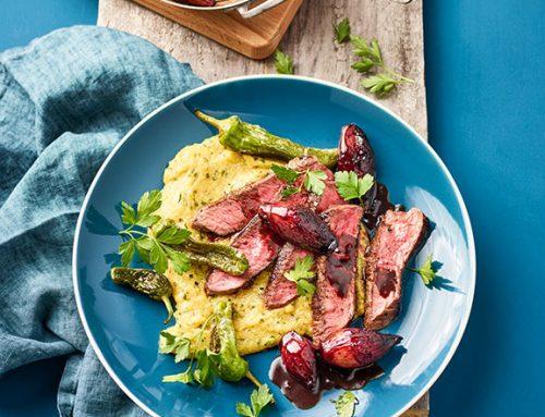 Petersilien-Polenta mit Steakstreifen, Grillpaprika und Balsamico-Schalotten